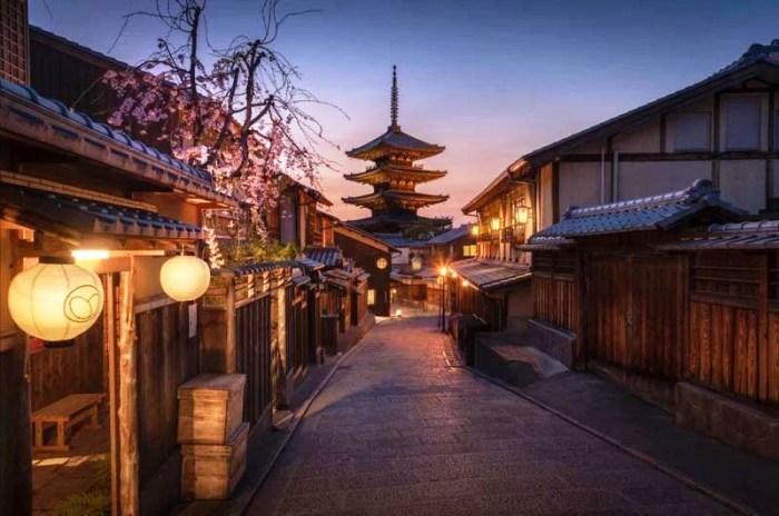 Историческая часть японского мегаполиса в вечерних огнях (Япония). | Фото: vinegred.ru/ Lee Mumford.