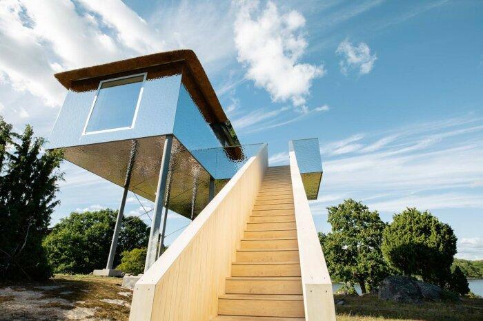 К зеркальному домику, расположенному на высоте трех метров, ведет добротная деревянная лестница («SynVillan», «Eriksberg»). | Фото: newatlas.com.