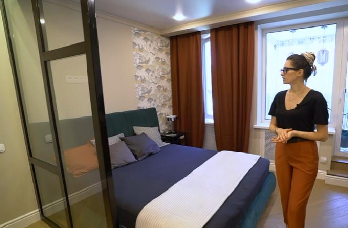 Спальное место лучше отделить любой перегородкой, подойдет даже стеклянная. | Фото: youtube.com/ @ INMYROOM TV.