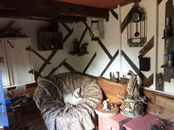 В своей мастерской Chris Hield нашел местечко и для зоны отдыха («Нора хоббита», Великобритания). | Фото: housebeautiful.com.