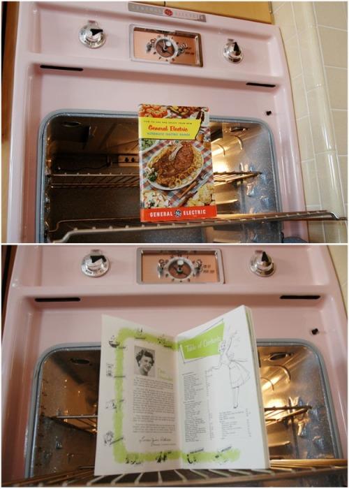 Розовая духовка в идеальном состоянии с сохранившейся книгой рецептов и инструкцией тех лет. | Фото: thevintagenews.com.