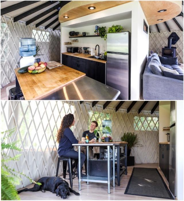 Кухня-столовая в юрте Зака и Николь Лопес. | Фото: livingbiginatinyhouse.com.