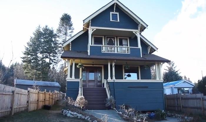 Вот так выглядит дом 1915 г. постройки на новом месте (Union Bay, Канада). © Nickel Bros.