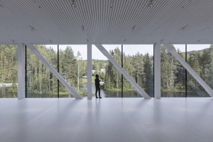 Огромные окна закрытого моста-музея позволят наслаждаться живописной природой парка (Twist, Норвегия). | Фото: mymodernmet.com.