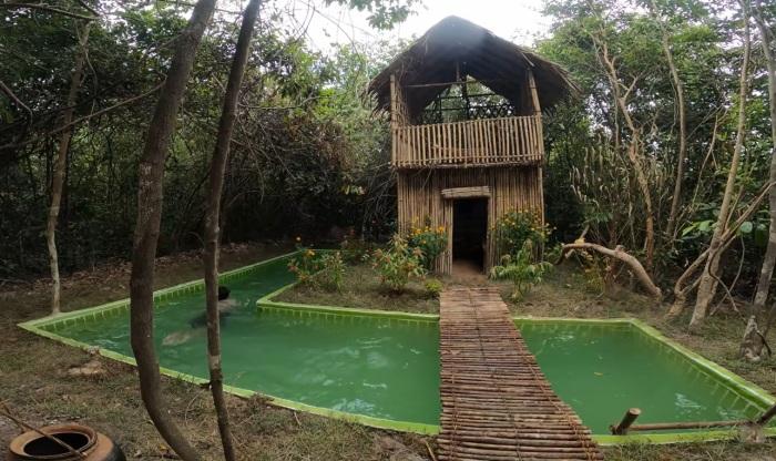 Девушка построила домик и бассейн вокруг, используя лишь примитивный инструмент