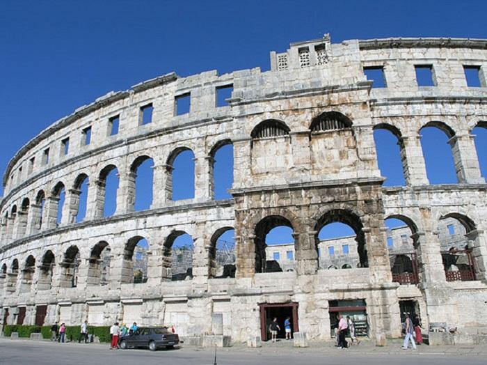 Грандиозный фасад древнеримской арены в Пуле.