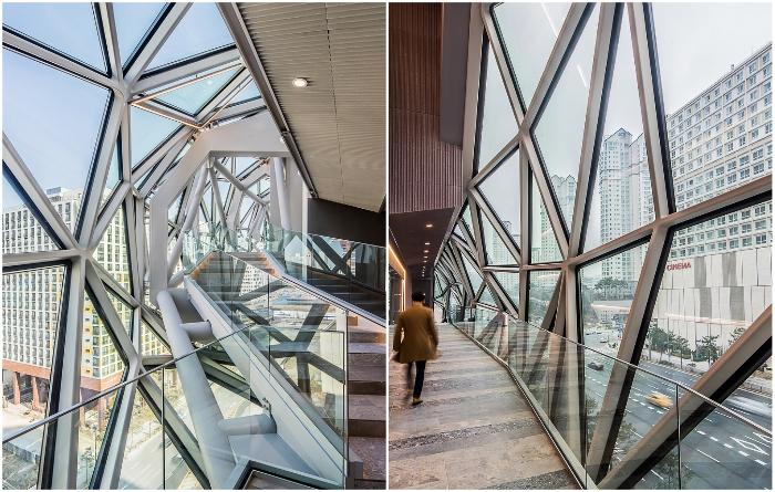 Стеклянные переходы между уровнями являются уникальными обзорными площадками.| Фото:  plataformaarquitectura.cl/ © Hong Sung Jun, OMA.