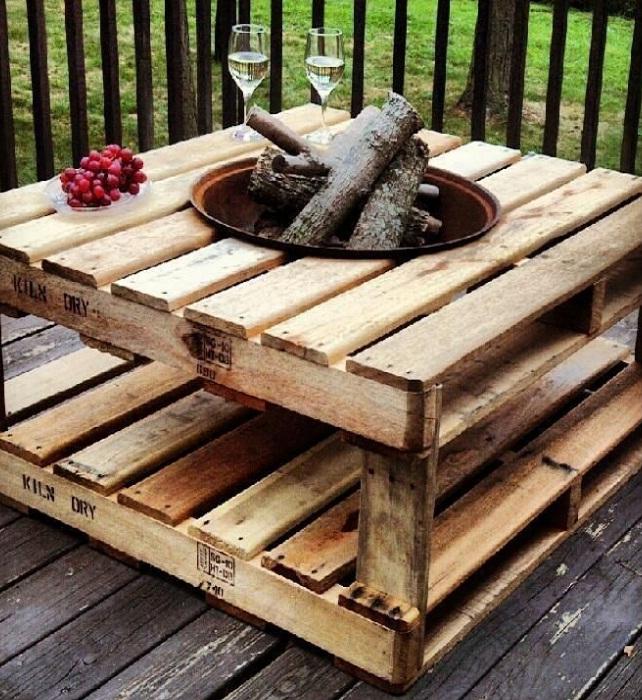 Необработанная древесина – идеально подойдет для зоны барбекю. | Фото: pinterest.com.