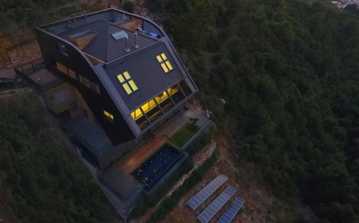Чтобы не занимать площадь крыши, солнечные батареи поместили на склоне утеса ниже самого дома (CH730 Villa, Chnaniir).   Фото: newatlas.com.