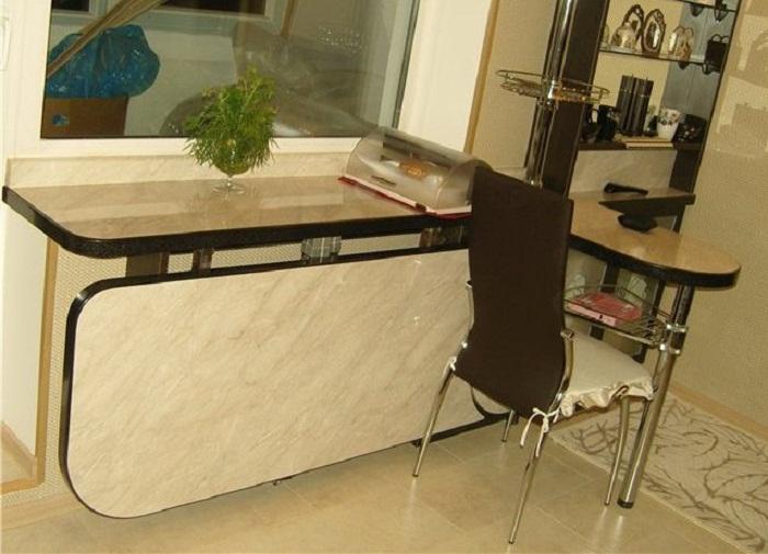 Откидной стол на маленькой кухне.