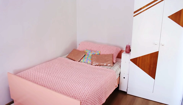 С помощью оригинального текстиля и нескольких очаровательных подушек был сделан последний штрих в преображении спальной зоны. | Фото: youtube.com/ Bubenitta.