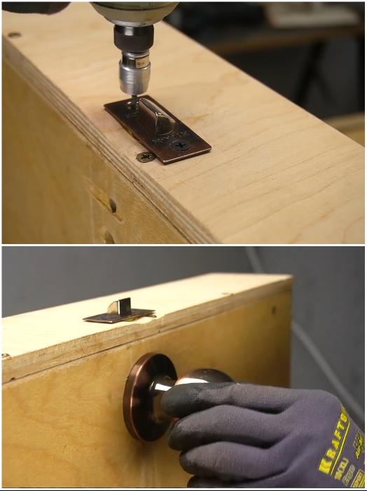 На дне и торце нижнего ящика устанавливаем дверную ручку с защелкой. | Фото: youtube.com/ © Men's Craft.