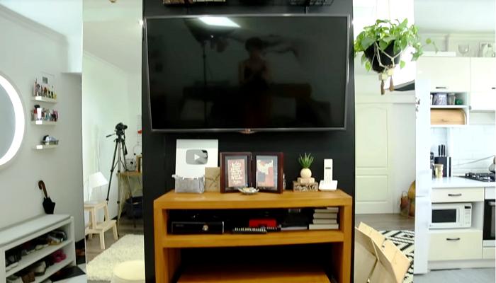 Главным лайфхаком владелица преображенной квартиры считает перенос двери ванной и организации ТВ-зоны. | Фото: youtube.com / Oksana Matyash.