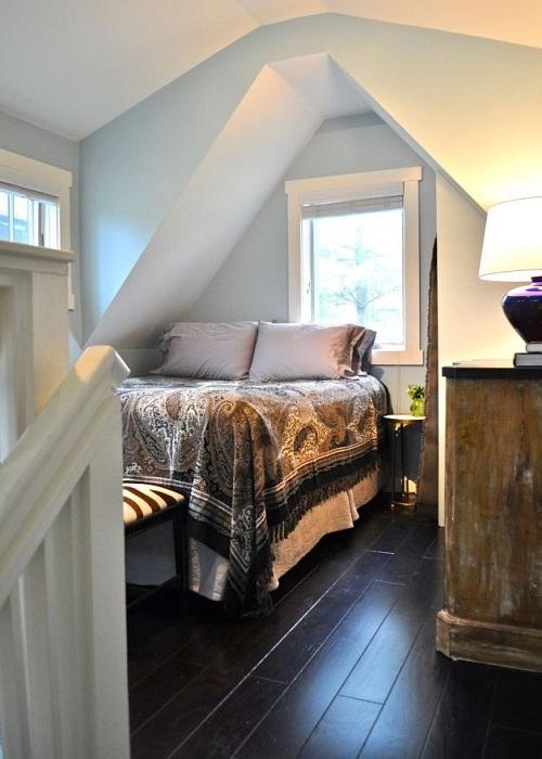 Спальня в мини-коттедже Bird House (США). | Фото: diycozyhome.com.