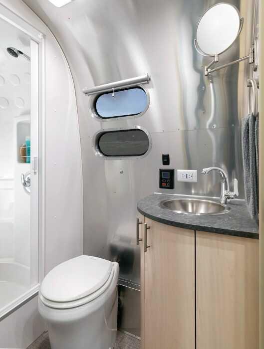Душ находится отдельно от туалета, что является большим плюсом (Airstream Flying Cloud 30FB Office). | Фото: autonocion.com.