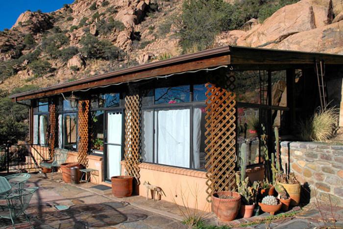 Большая веранда является входом в дом, который находится внутри рукотворной пещеры (Аризона, США). | Фото: lemurov.net.