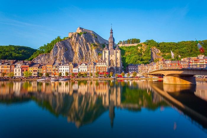 Городок Динан расположен на скалистом берегу реки Маас (Бельгия).