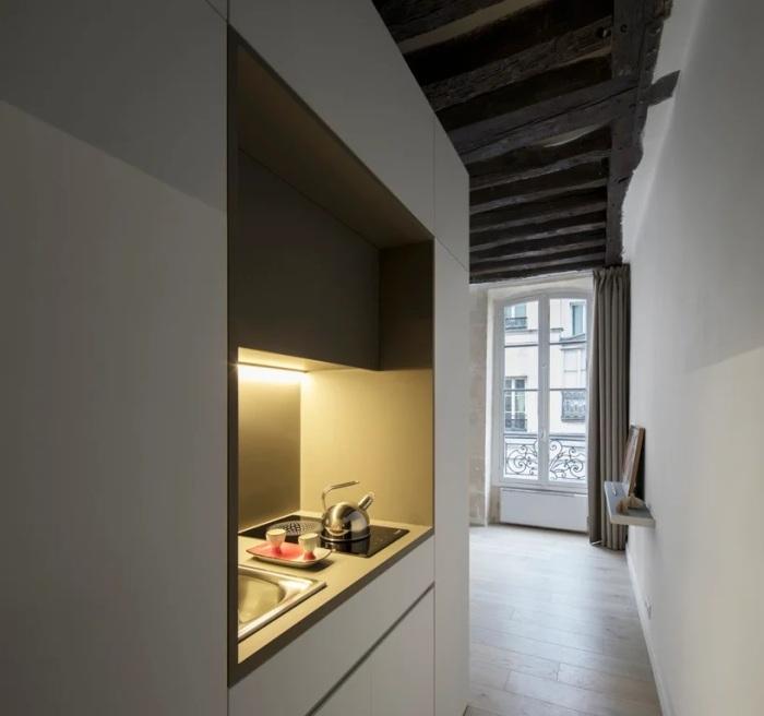В нише модуля обустроили кухонную зону со всем необходимым оборудованием и техникой. | Фото: comeristrutturarelacasa.it.