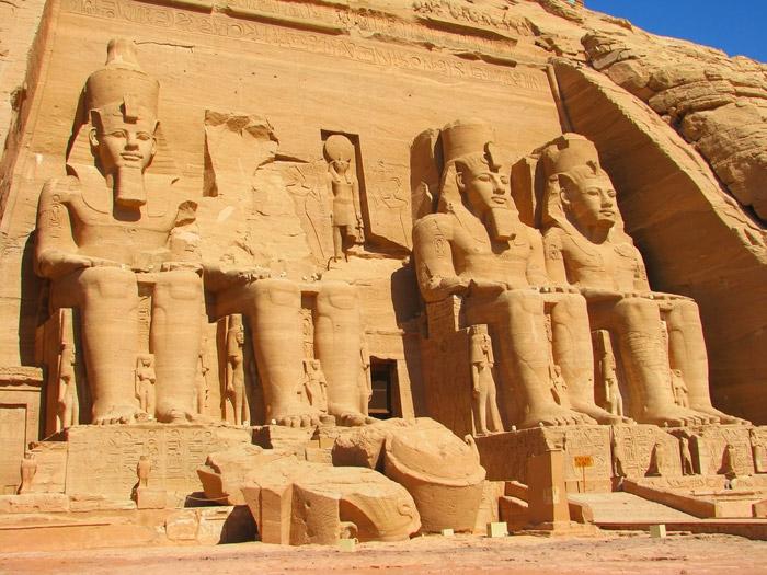 Храмы Абу Симбела, посвященные фараону Рамзесу II и королеве Нефертари, были вырезаны из камня около 1260 до н.э. (Египет). | Фото: lifeglobe.net.