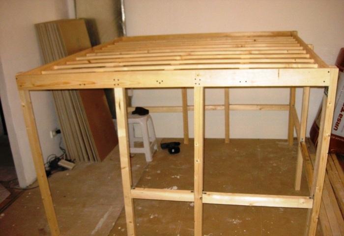 Конструкция основания кровати получилась неустойчивой. | Фото: youtube.com/ Anna_Studio.