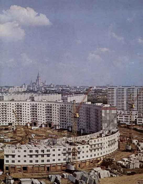 Строительство огромного круглого дома по улице Нежинской.