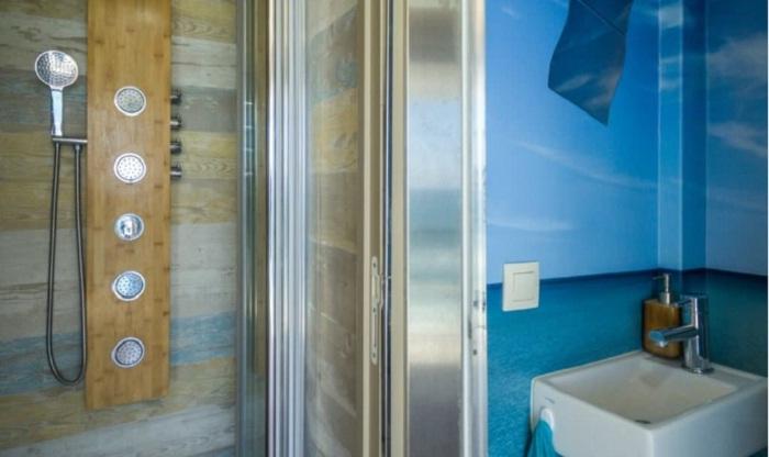 Полноценная душевая комната Truck Surf Hotel.