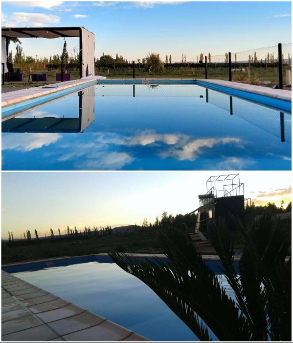 На территории гостевого дома создали бассейн с лаунж-зоной («CasArtero Eco Posada», Сан-Рафаэль). | Фото: glampinghub.com/ booking.com.