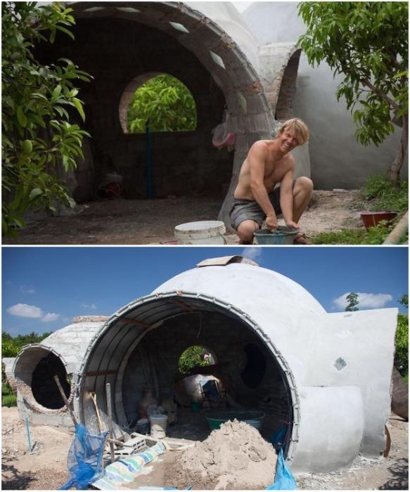 Стив очень быстро научился делать специальные глиняные блоки и штукатурить стены (Earthen Dome Home, Таиланд). | Фото: obozrevatel.com.