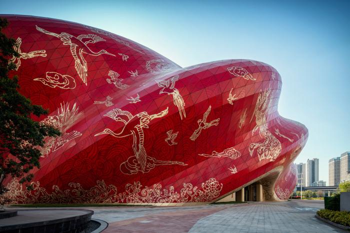 Колоритная роспись создавалась по мотивам рисунков художника Zhang Hongfei (Sunac Guangzhou Grand Theatre, Китай). © Steven Chilton Architects.