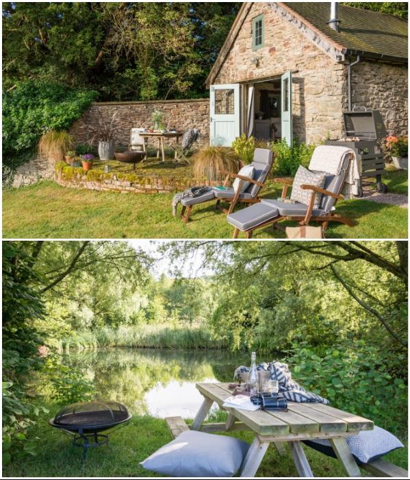На заднем дворе и на берегу озера оформили зоны отдыха («Wishbone Cottage», Великобритания). | Фото: uniquehomestays.com.