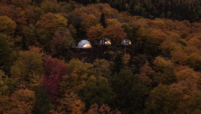 Необычный палаточный отель появился на склоне Лаврентийских гор в Квебеке (Domes Charlevoix, Канада). | Фото: dezeen.com.