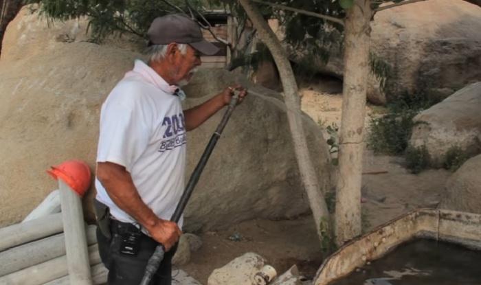 Самодельный водопровод обеспечивает нужным количеством воды не только людей, но и растения вокруг пещерного дома (заповедник Ocampo). © VANGUARDIA MX.