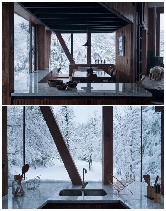 Кухня в горной хижине сделана из природных материалов (La Dacha, Чили).