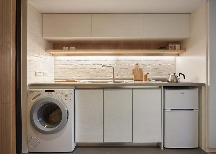 Хоть кухня и компактных размеров, но разместили все необходимое.