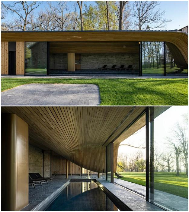 Стеклянный фасад павильона с бассейном позволяет наслаждаться и водными развлечениями, и живописной природой (Fold House, Канада).