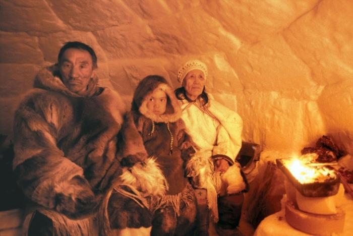 Освещаются эскимосские дома с помощью жира и фитиля. | Фото: vamvigvam.ru.