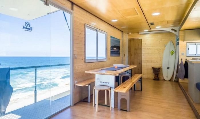 Столовая имеет большую стеклянную дверь и выход на балкон.
