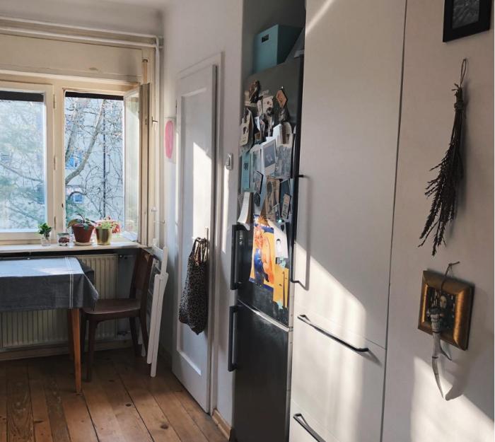 Холодильник пристроили в нишу, расположенную у входа в кухню. | Фото: instagram.com/ © hudalukna.