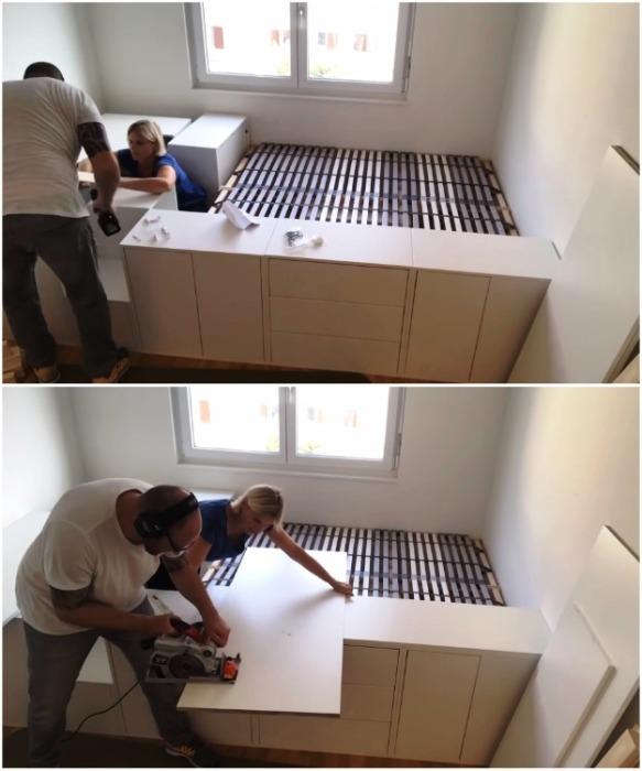 Плиты из древесно-стружечных материалов нужно правильно раскроить и подогнать. | Фото: youtube.com/ DIY Floyd.