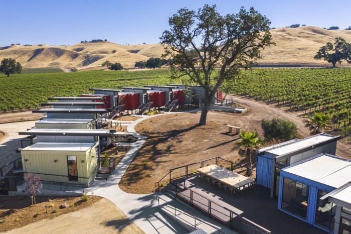 На территории калифорнийской винодельни Paso Robles появился контейнерный отель с особенным дизайном («Geneseo Inn», Калифорния). | Фото: newatlas.com.