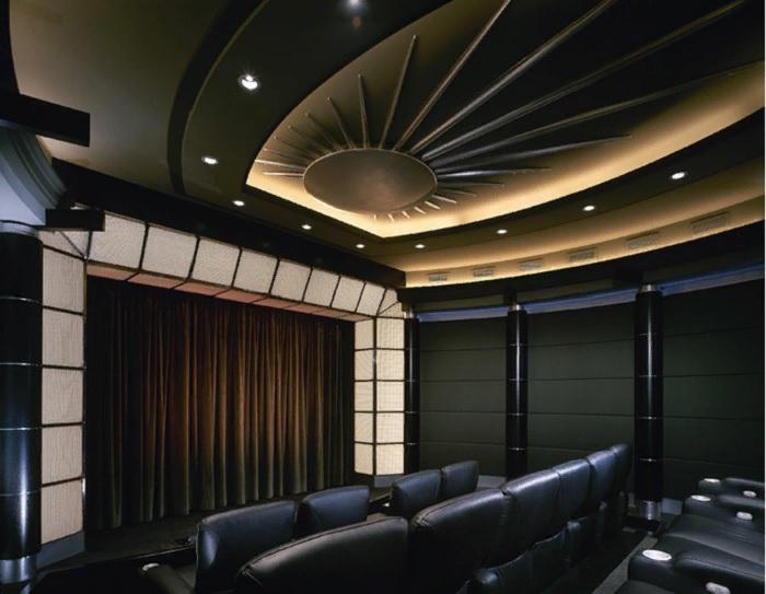 Тео Каломиракис и его партнеры проектируют кинотеатры с учетом эстетических предпочтений клиента. | Фото: tktheaters.com.