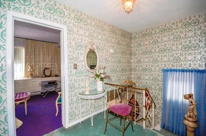 Кованые перила лестницы и предметы мебели придают изысканно-винтажный вид интерьеру. | Фото: do-slez.com.