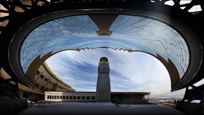 Захватывающий вид на технологическую башню и концентратор гелиокомплекса «Солнце» (Узбекистан). | Фото: victorborisov.livejournal.com.