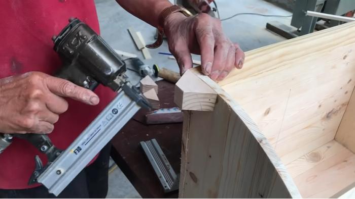 Ножки следует закрепить еще до покраски изделия. | Фото: youtube.com/ © Woodworking Tools.