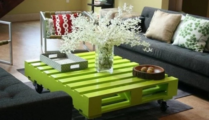 Для создания весенней атмосферы, стол из паллетов – лучший вариант. | Фото: yandex.kz.
