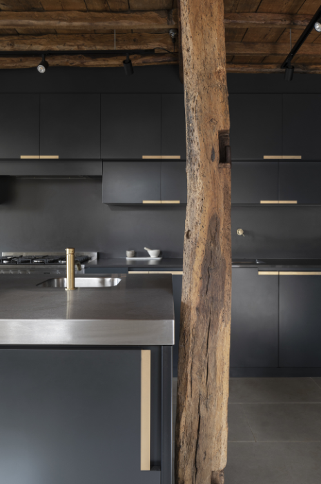 В интерьере кухни соседствуют элементы старины и ультрасовременная техника и мебель. | Фото: ajbuildingslibrary.co.uk/ © Johan Dehlin.