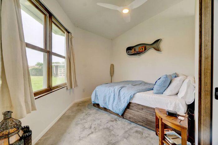 Спальня оформлена в минималистском стиле, чтобы ничего не отвлекало от расслабления. | Фото: businessinsider.in.