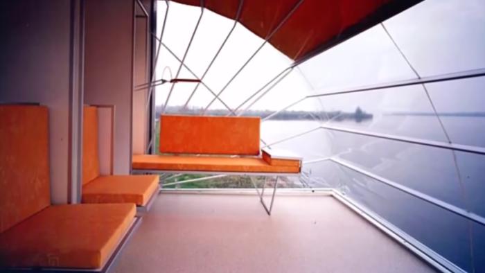 Прозрачный тент над гостиной убережет от комаров и дождя, обеспечив прекрасный обзор. | Фото: youtube.com/ Wheelyhouse.