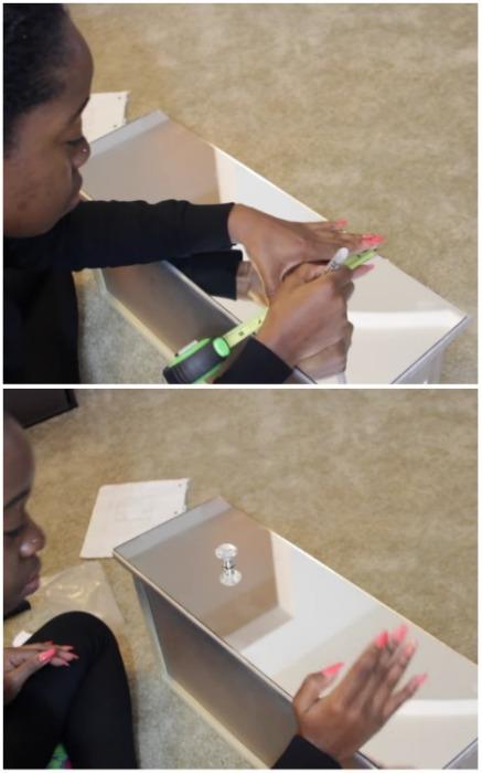 Разметить и прикрепить фурнитуру с помощью суперклея. | Фото: youtube.com.