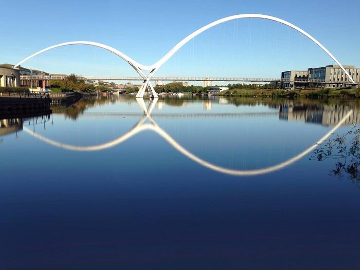 Уникальный пешеходный мост Infinity в Стоктон-он-Тис (Англия). | Фото: premierstudy.ru.
